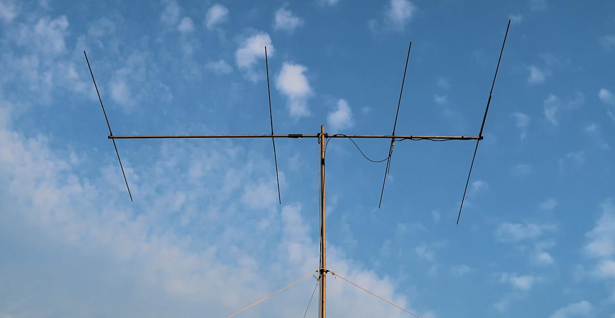 De 4-elements Yagi voor de 6 meterband, op de stalen mast 7,5m hoog.