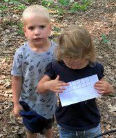 Twee van de jongste deelnemers met de knipkaart. (Foto Arbo PH0AS)