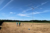 Joeri en Hans. In Joeri's mast de 13 el. voor 70cm bovenin, daaronder de 13 el. Tonna voor 2m.