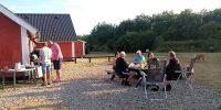 Aan de barbecue op Kloevergaardens Autocamper Parkering.