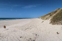 Een blik op het strand naar rechts.