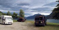 's Ochtends. Een aantal campers zijn al weg. Mooie Noorse luchten!