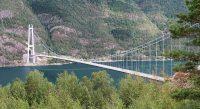 De Hardangerbrug over het Hardangerfjord.