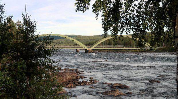 Het uitzicht op de oude brug over de E45.