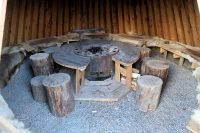 De Grillhut is een soort Sami-tent: rendierhuiden op de banken, vuurplaats in het midden.
