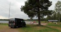 Het is wat opgeklaard, droog maar winderig en 16 graden. Op de camping in Oje.