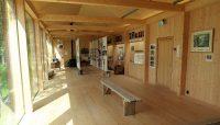 Binnen in het kleine en moderne museum over hout en water.