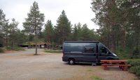 Camperplek Bolarein. Op de achtergrond de winkel en het restaurantje.