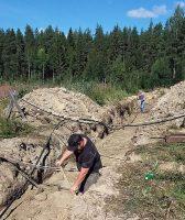 Druk met het afdekken van de buizen: een beschermende laag aarde.