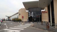 Een supergroot winkelcentrum met Carrefour supermarkt.