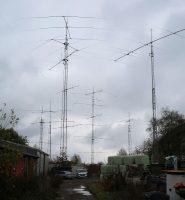 De 24 antennes in 6 masten van LX7I, 3,5km bij ons vandaan.