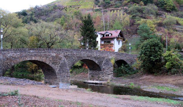 Halverwege de wandeling: een eeuwenoude brug over en langs de andere kant terug.