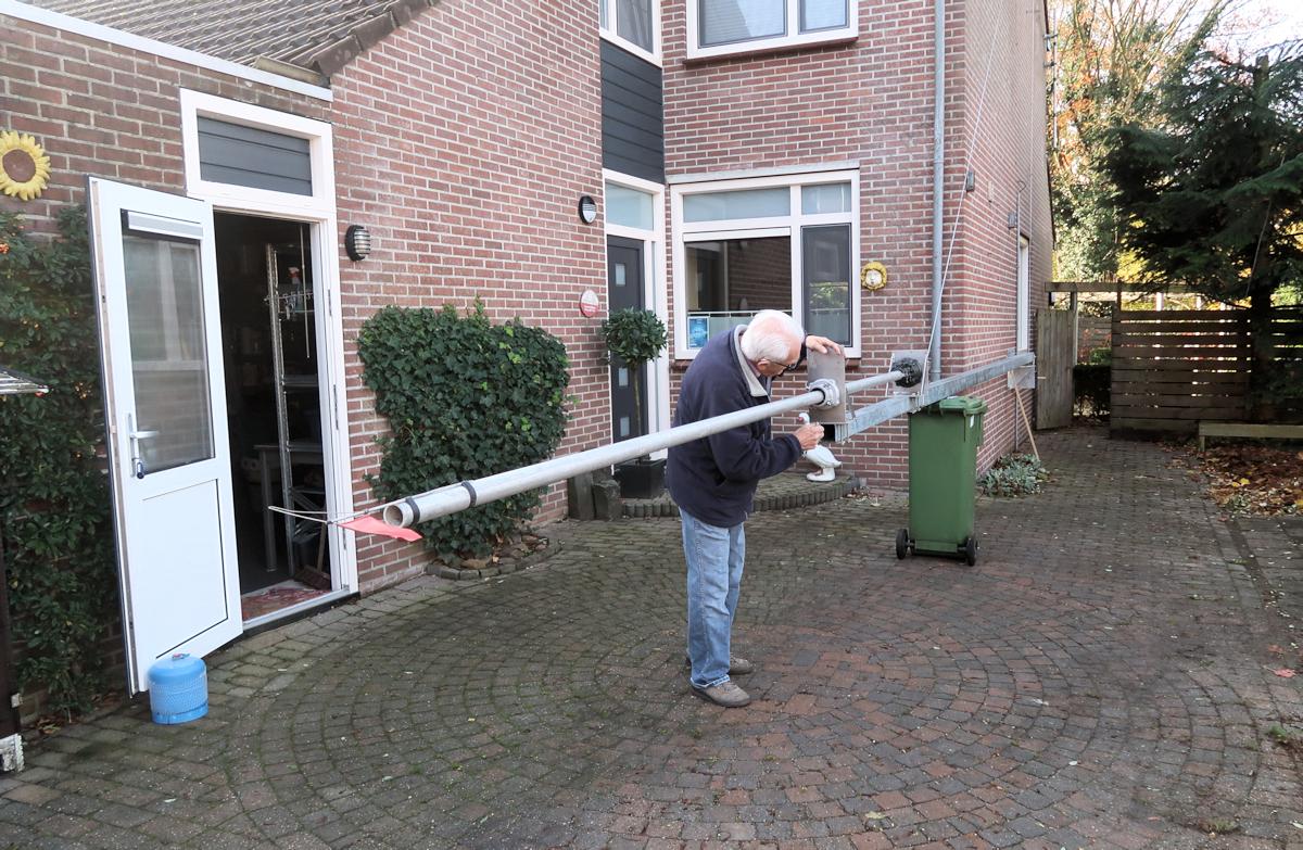 Buurman Herman assisteert en bouwde mee aan de mast.