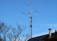 De nieuwe mast, nu voorzien van de grote 3 elements antenne voor de 10meter-band.