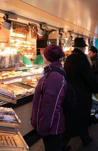 Bij een broodkraam op de markt.