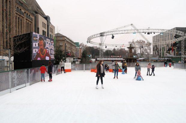 Een behoorlijke ijsbaan, midden in de stad.
