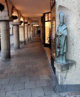 Een mooie oude winkelgallerij of arcade.