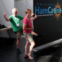 Dick en Jenny, jolig bij de opbouw van de Hamcation-stand op de Hamradio in Friedrichshafen.