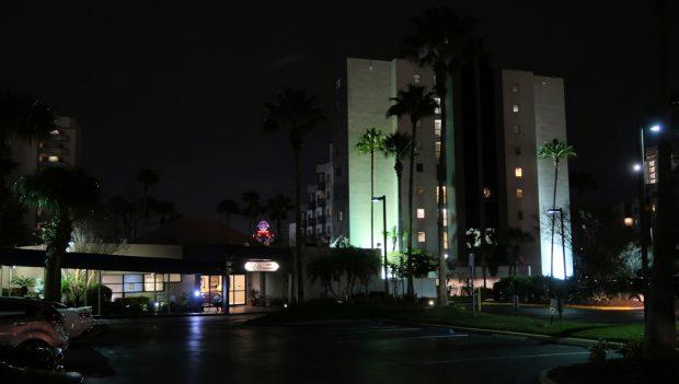 Bij avond: onze receptie (links) en het gebouw waarin wij verblijven op de 3e etage.