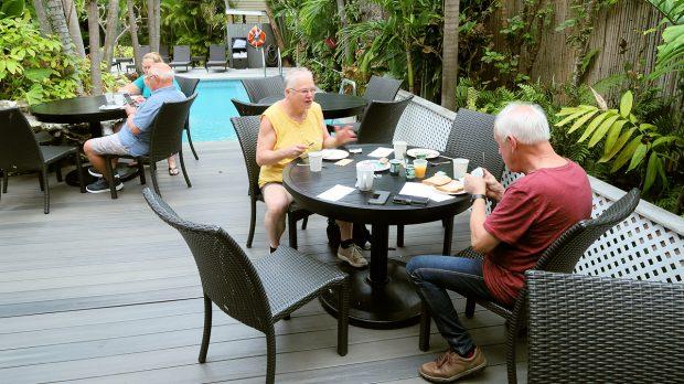 Ontbijtbuffet in de open lucht, bij het zwembad!