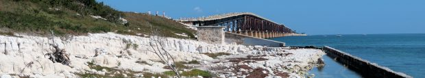 Eén van de vervallen oude spoorbruggen uit de vorige eeuw. De treinen reden van 1912 tot 1935, toen zijn de bruggen gedeeltelijk verwoest door een orkaan.