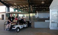 Peter rijdt ons rond over de Orlando Fair Grounds. We hoeven niet te lopen!