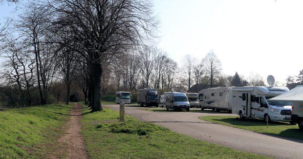 Het wandelpad. Links, buiten beeld, het riviertje. Rechts de camperplaats.