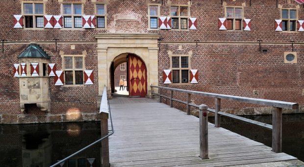 De imposante entree van Schloss Raesfeld.