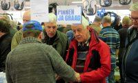 Dick en Peter onderhandelen over de aankoop van 2 microfoon/luidsprekers.