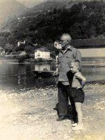 Met opa Jan Melle de Vries op het strand van het Lago Maggiore.