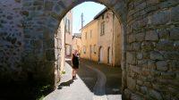 Via een oude poort wandelen we het centrum van het plaatsje in.