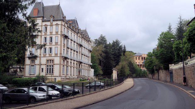Het voormalige Hotel de Parc, nu appartementengebouw. Aan het eind van de straat het oude casino.