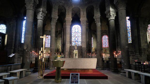 Het koor van de Basilique Notre Dame d'Orcival