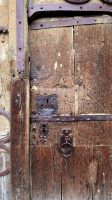 Detail van de eeuwenoude deur van de Basilique.