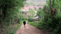 Een wandeling met 6 geocaches. Hier lopen we de helling af, terug naar het dorp.