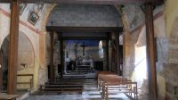 Het afgesloten en vervallen kerkje in Boudes...