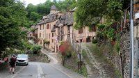 Conques: we wandelen vanaf de betaalde P-plaats het dorp in.