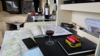 Aan het 'bureau' met een goed glas wijn, de route plannen voor morgen.