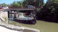 Een 99 jaar oud Nederlands schip, genaamd Boschplaat, passeert de brug in Tréber.