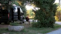 In de schaduw voor de camper bij ondergaande zon...