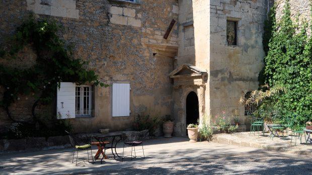 Een sfeervolle binnenplaats met in de hoek de toren, oorspronkelijk uit de 12e eeuw.