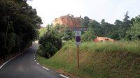 Het dorp zelf ligt bovenop de berg.