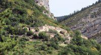 Chalencon, de andere helft van La Motte-Cgalencon, ligt mooi tegen de berghelling geplakt.