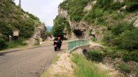 Een eenzame (Nederlandse!) motorrijder slingert door de kloven...