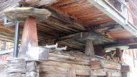 Dit zie je ook in Scaninavië: een bouwwerk op platte stenen schijven om muizen en dergelijke buiten te houden.