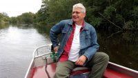 Joeri, op de heenweg, stuurt ons bootje door het laagveengebied.