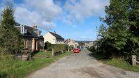 De hoofdstraat van het dorpje, wat verder weinig voorstelt.