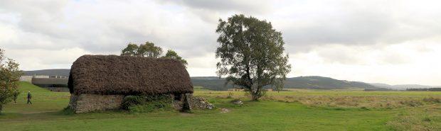 Een overzicht van het slagveld (rechts en achter de cottage). Links op de achtergrond het moderne bezoekerscentrum. Het huisje stond er al, tijdens de slag.