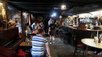 Drovers Inn: het café-restaurant gedeelte, al het personeel loopt in Schotse rokken.