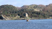 Aan de overkant een oud Schots kasteel, Duntrune Castle. Eigendom van en bewoond door het hoofd van de clan Malcolm.